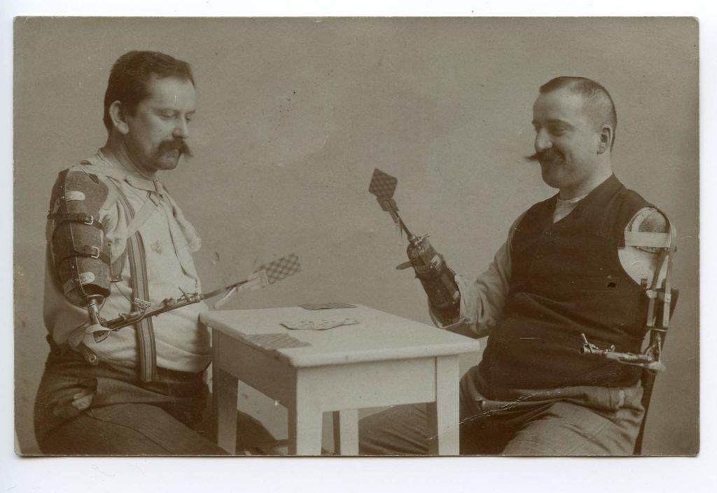 Veteranos jugando poker con prótesis de guerra* MG