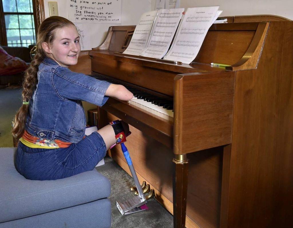 Heidi Burke tocando el piano